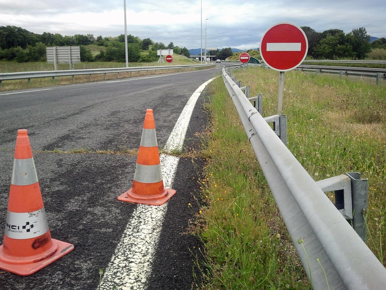 Jakie muszą być oznaczenia umieszczane na drogach?
