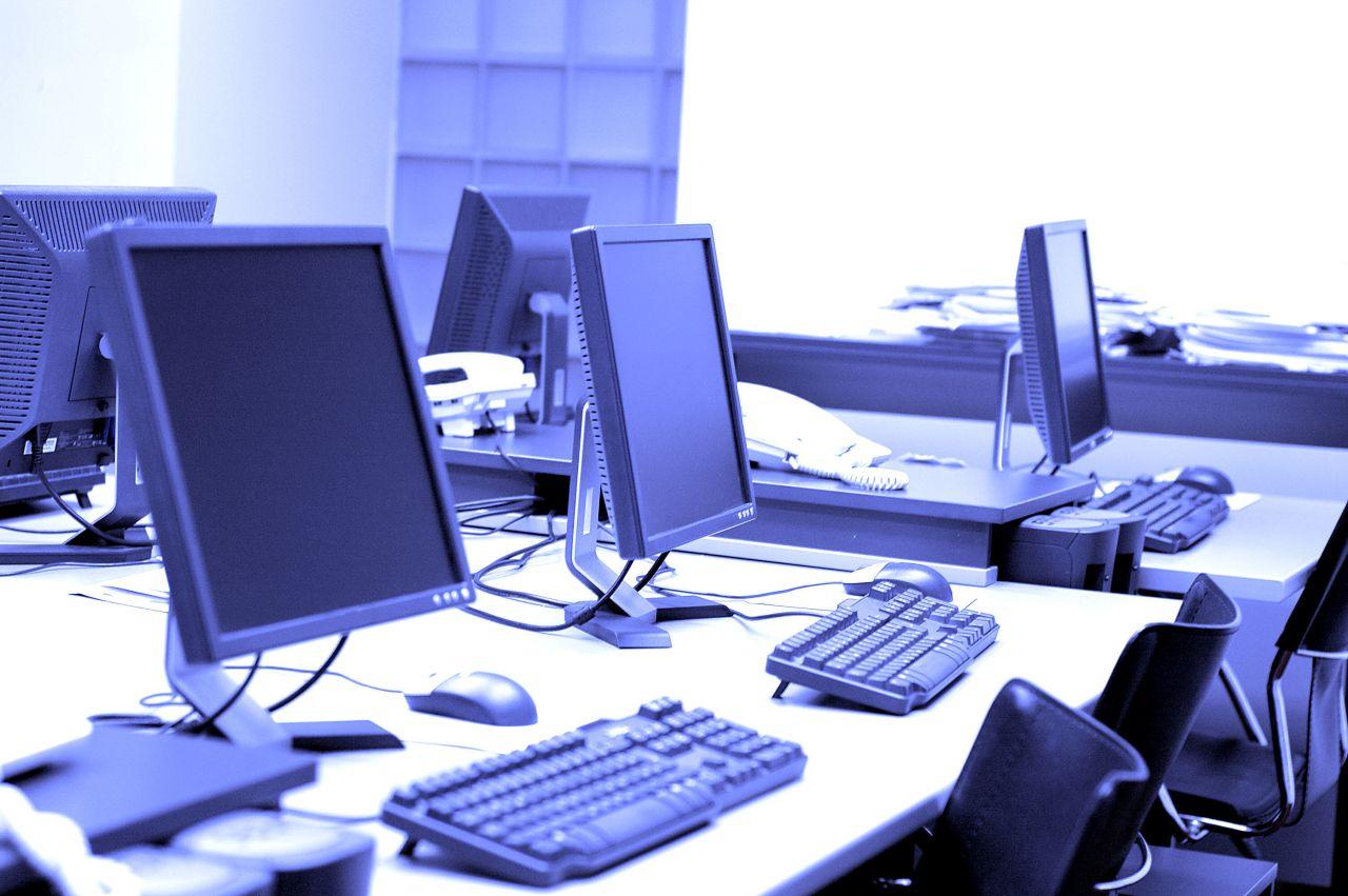 Jak wybrać sprzęt do pracy biurowej?