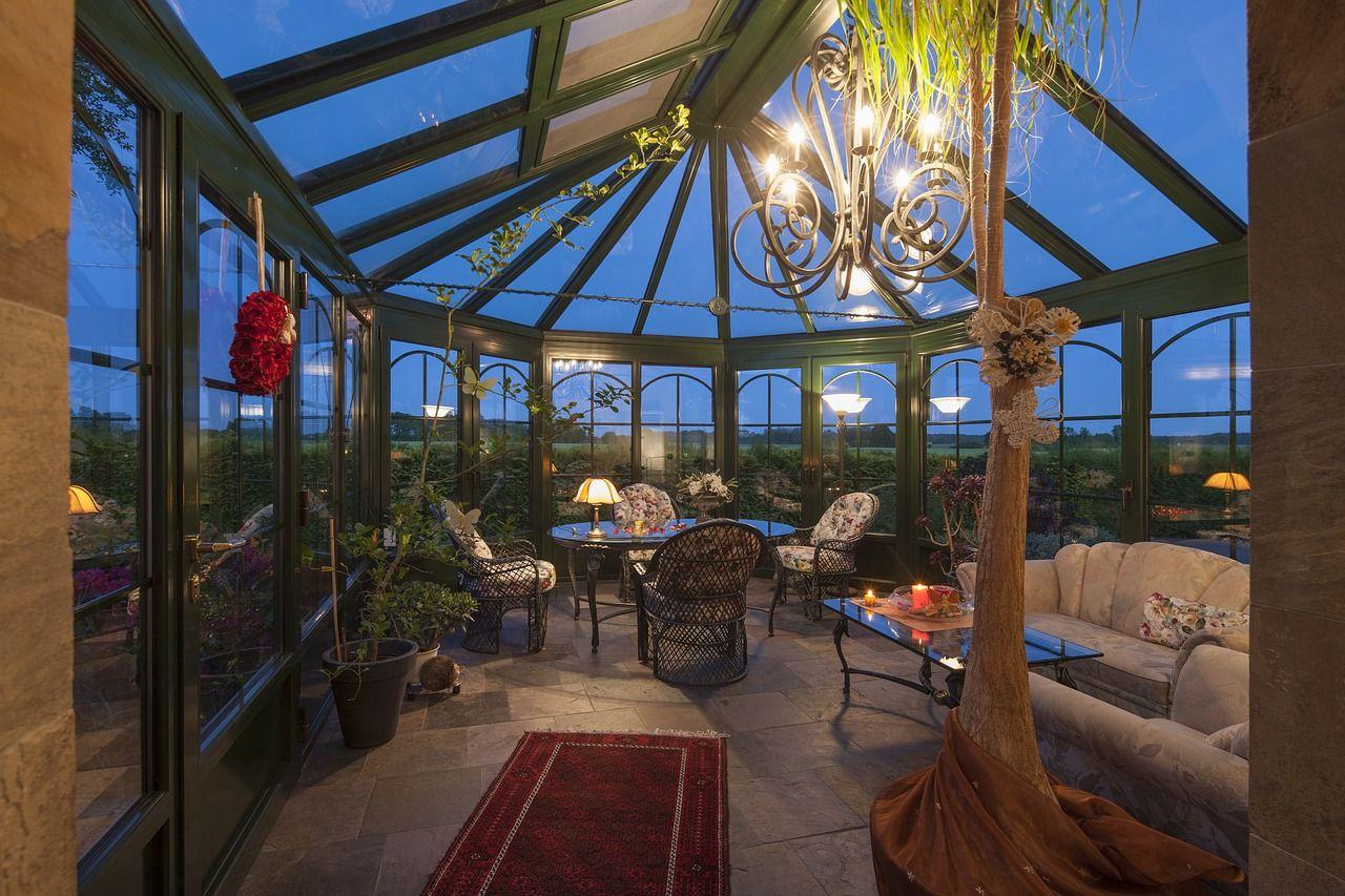 Duży dom z ogrodem – jak nadać mu przytulny charakter?