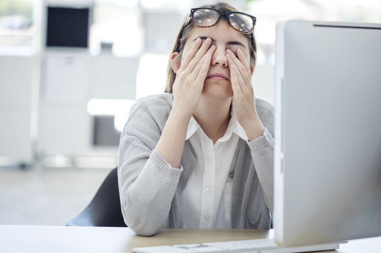 Problem zmęczonych oczu – jak sobie z nim poradzić?