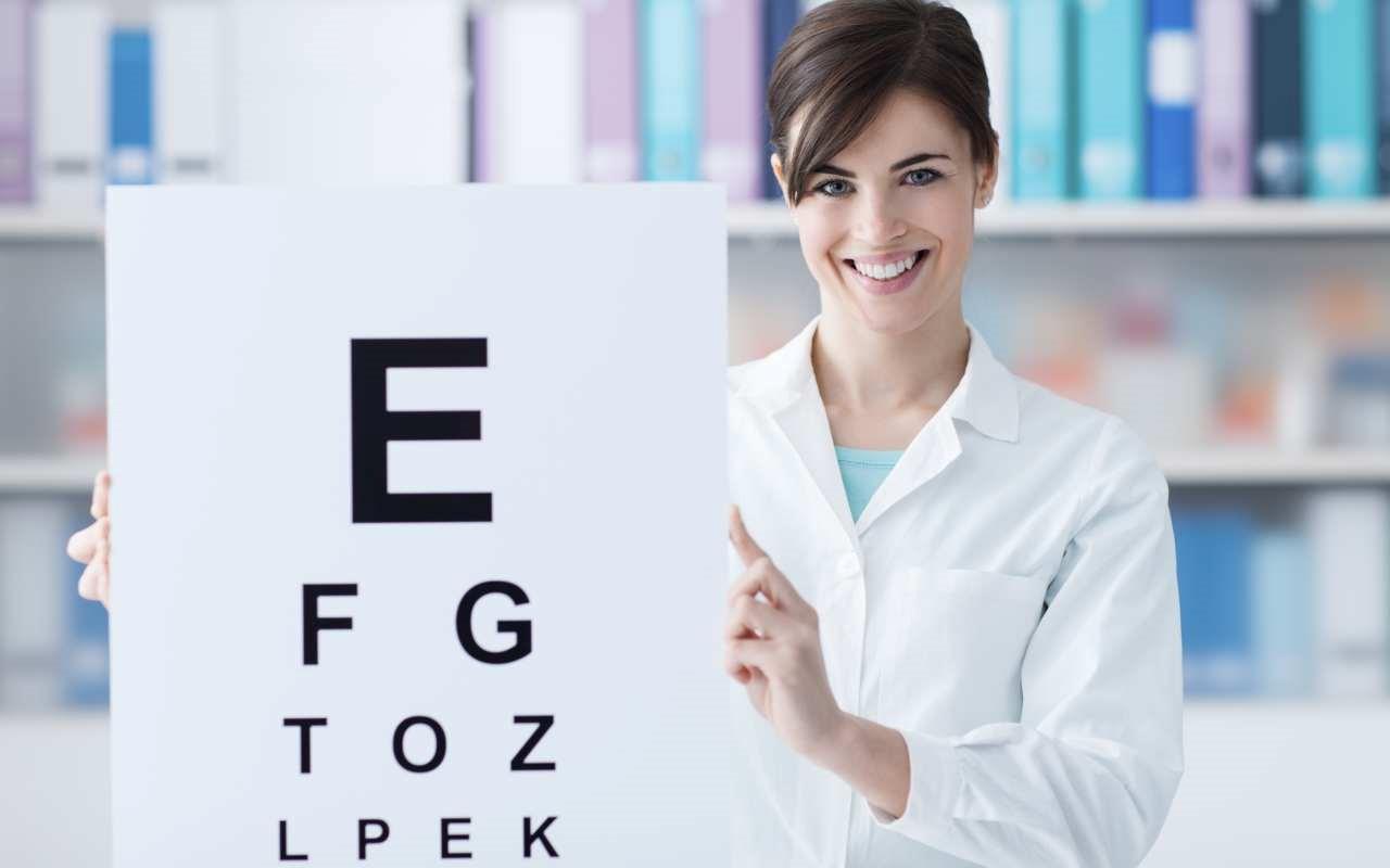 Wizyta w salonie optycznym – kryteria doboru oprawek do szkieł