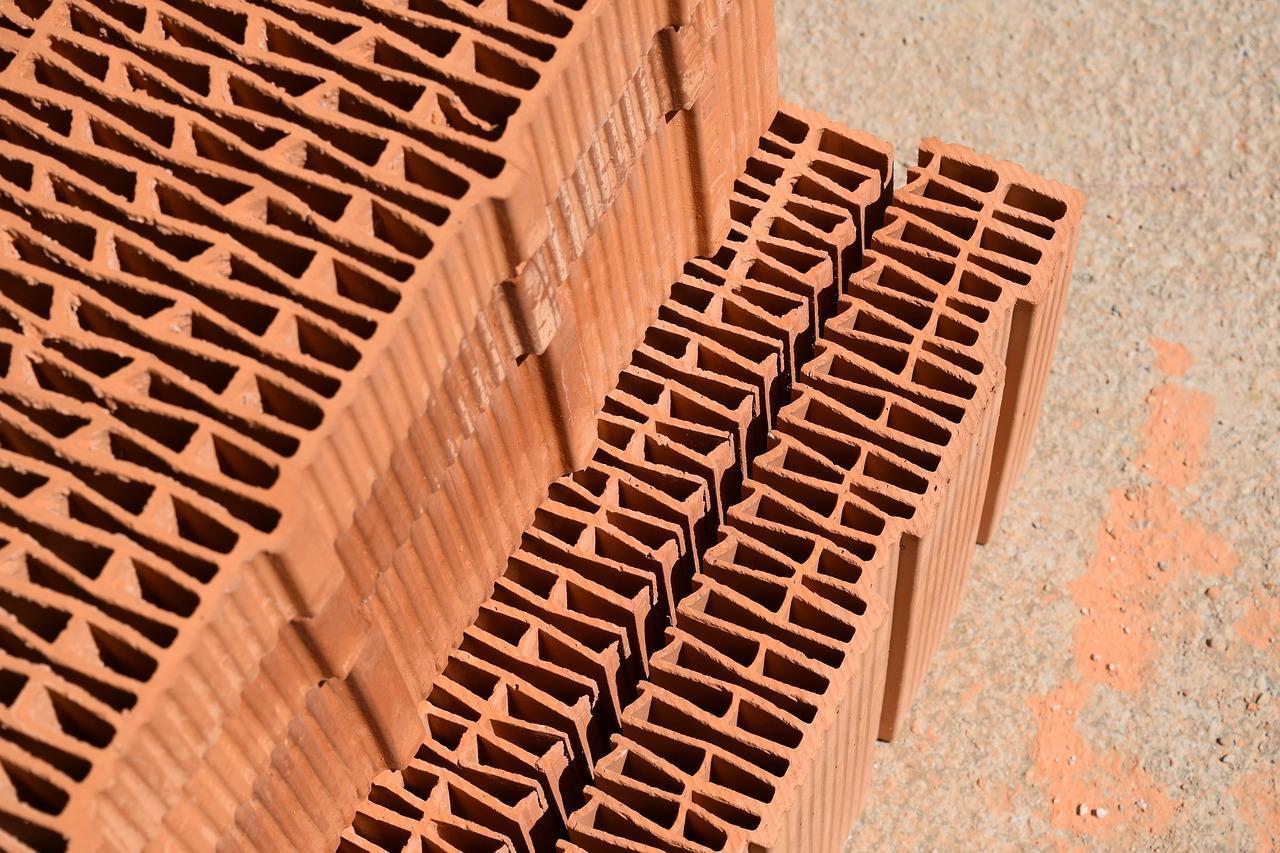 W jakim rodzaju wnętrz sprawdzą się czerwone cegły?