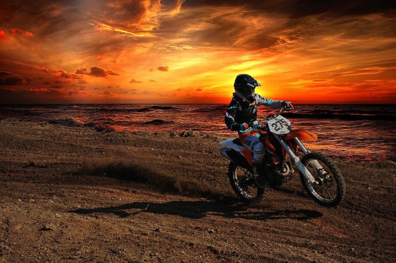 Na jakie warunki trzeba się przygotować, uprawiając sporty motorowe?