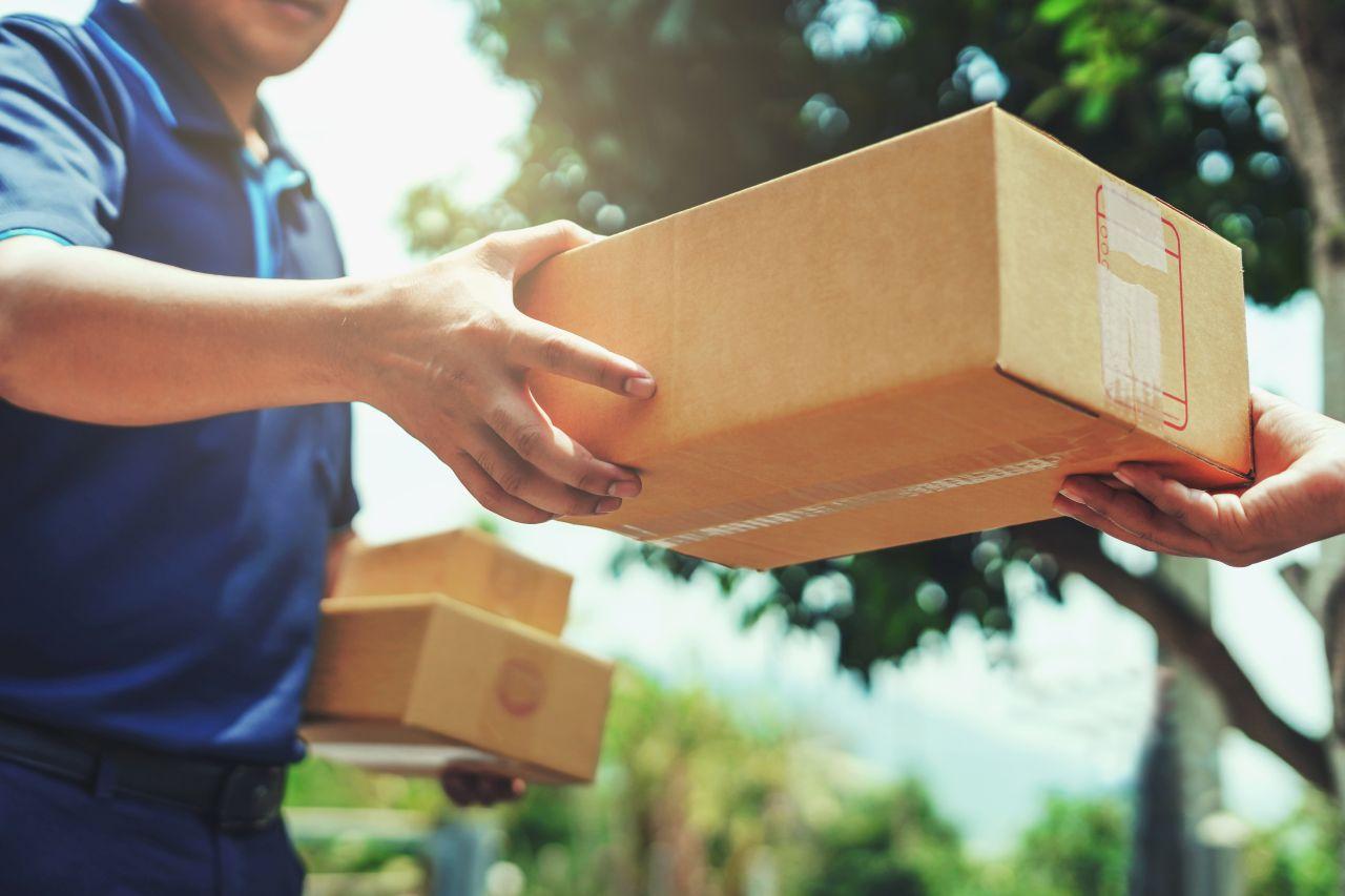 W jakich opakowaniach dostarczane są przesyłki kurierskie?