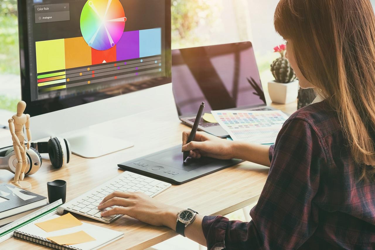Firmy z branży kreatywnej – jakie oprogramowanie i szkolenia mogą pomóc w rozwoju ich pracowników?