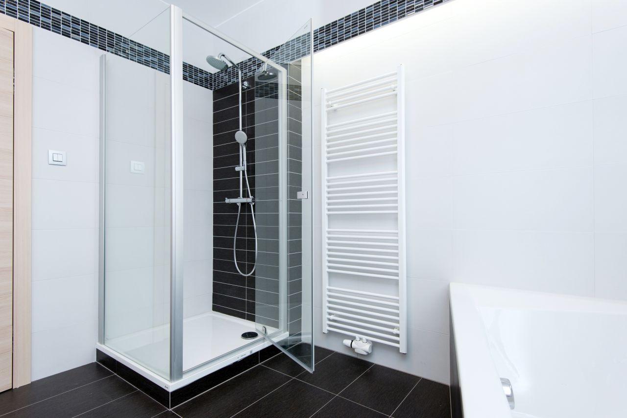 Prysznic z brodzikiem – idealne rozwiązanie dla małych łazienek