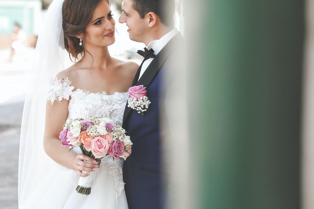 Jak dobrać fryzurę do sukni ślubnej?